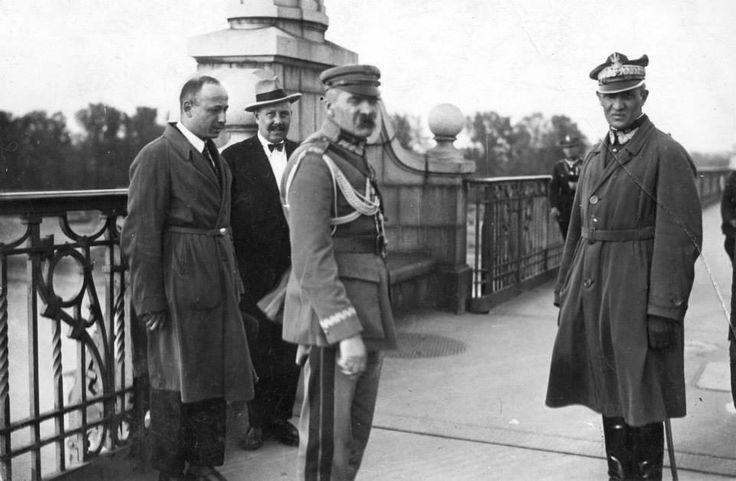 Na zdjęciu: Marszałek Polski Józef Piłsudski (na pierwszym planie z lewej) w towarzystwie m.in. generała Gustawa Orlicz-Dreszera (na pierwszym planie z prawej) na moście Poniatowskiego, przed rozmową z prezydentem Stanisławem Wojciechowskim.