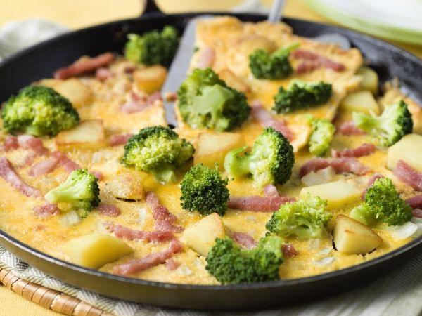 Maaltijdomelet met broccoli, aardappel en spek - Libelle Lekker!