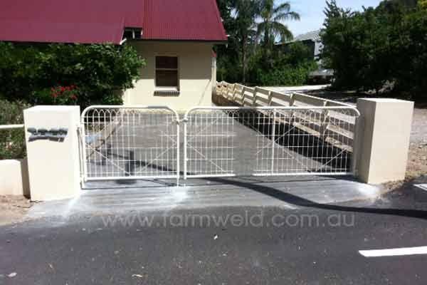 Plain woven wire driveway gates in 1:2 configuration. Barossa Valley, South Australia