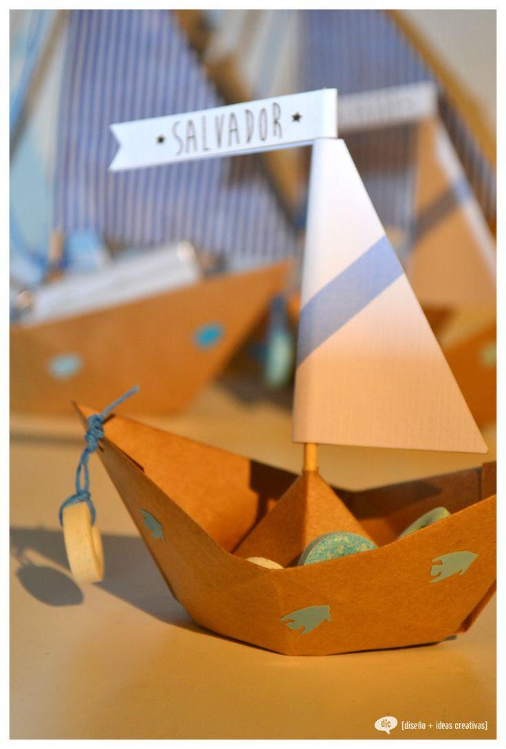 barcos de papel con pastillitas en su interior
