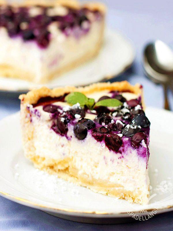 Se amate i dolci freschi e vi piace sperimentare farciture golose, non potete perdervi questo squisito Cheesecake di robiola ai mirtilli neri!