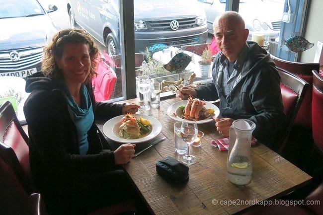 Dublin: deuren, pubs, uithangborden en Co's 70ste verjaardag! - http://feedproxy.google.com/~r/Cape2nordkapp/~3/dLEO9CGOWgE/dublin-deuren-pubs-uithangborden-en-cos.html - Het is donderdagavond en Roos is met het vliegtuig onderweg naar Dublin om de komende dagen bij ons te zijn. Voor we haar ophalen, gaan we eerst een hapje eten bij Crabby Jo's een visrestaurantje in de haven (op aanraden van een local). Vanavond hoeven we geen tent op te zetten, want Eef heeft als ve