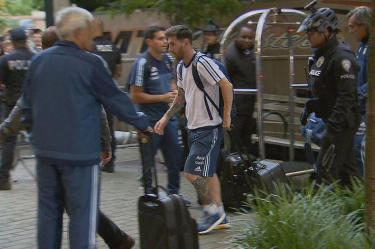 La selección argentina llegó a Seattle donde el martes enfrentará a Bolivia por la Copa América...