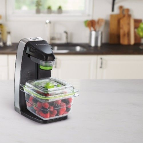 FreshSaver € 89,- Doorbraak in gebruikersgemak Eindelijk is ie daar: de FreshSaver, ook wel eens de FoodSaver voor Dummies genoemd. En dat is niet voor niks: met 1 druk op de knop vacumeer je voortaan binnen tien seconden een zak of bakje met vers voedsel.    Materiaal:      ABS FoodSaven in 10 seconden Compact formaat Speciaal ontworpen voor Fresh vershouddozen & Zipper bags BPA vrij Zeer gemakkelijk te bedienen, in 1 druk op de knop.