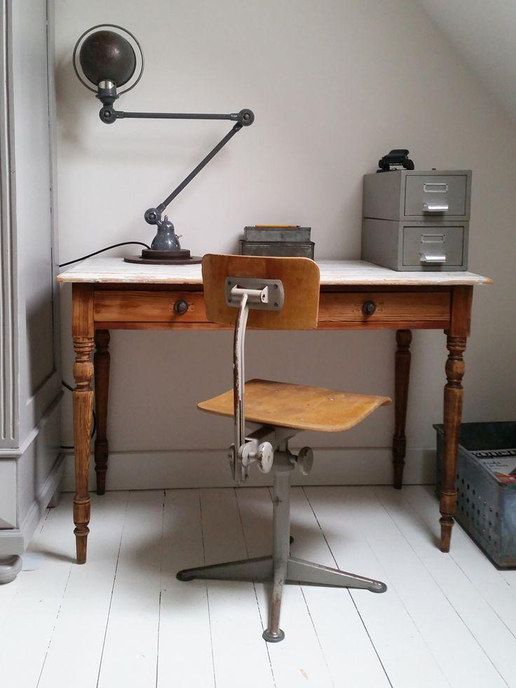 Deze oude bureaustoel uit de jaren 60 met mooi grijs metalen onderstel is een ware blikvangervoor iedere werkplek, maar misstaat ook niet in een stoere, industriële keuken aan je eettafel! Originele bureaustoel voor Cirkel Ahrend, ontworpen door Friso Kramer.De vintage draaistoel heeft een houten zitting en rugleuning en is in hoogte verstelbaar en daardoor ook …