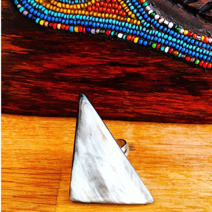 Grande Bague Ayizan Bi-Color triangulaire en corne de bovin d'Haïti • Bague tribale • Bague réglable •   Cette bague a une couleur naturelle, sans aucun produit chimique, seulement poli. Grand triangulaire bague de corne de buffle, bijoux africains, bague en corne, Bague tribale, africa