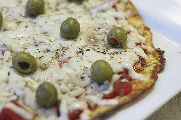 Continuando na onda das pizzas rápidas, fáceis e mais saudáveis. Hoje trago a receita de uma massa de pizza feita de couve-flor. Essa massa fica suuuuuper saborosa, você nem vai acreditar, mas ela …
