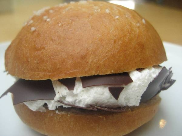 Mohrendatsch ..das gabs beim Bäcker immer...da waren die Mohrenköpfe auch noch ordentlich gross