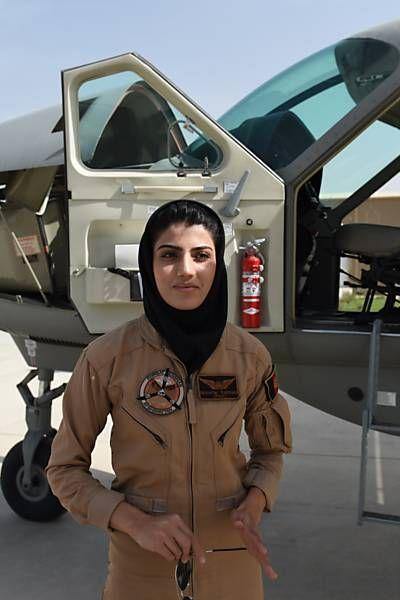 Folha de S.Paulo - Classificados - Empregos - Afeganistão tem primeira piloto de avião mulher de sua história - 30/04/2015