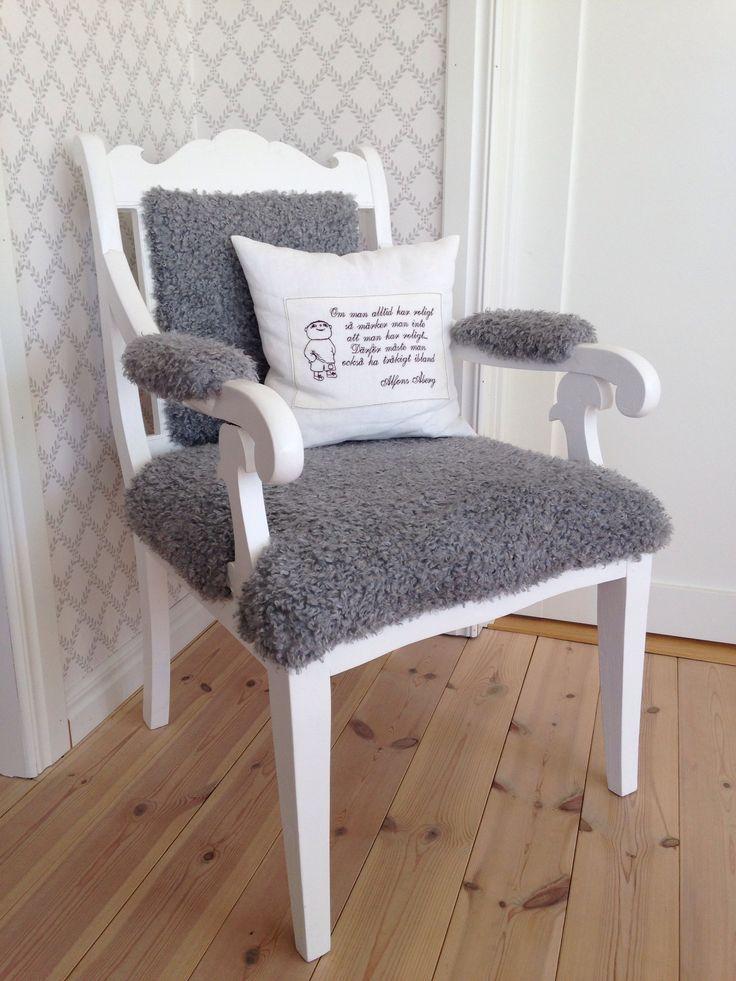 Vitmålad stol omklädd med fuskfårskinn