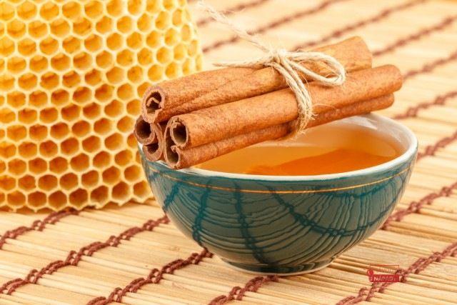 Vědci zjistili, že ačkoliv je med sladký, jestliže se bere ve správných dávkách jako lék, nemůže ublížit ani diabetickým pacientům. Týdeník World News, vycházející vKanadě, ve svém vydání datovaném 17. ledna uveřejnil následující seznam nemocí, které mohou být léčeny medem a skořicí jako výsledek s