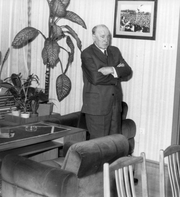 Kádár János, az MSZMP első titkára dolgozószobájában.