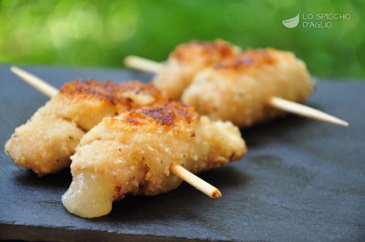 Gli spiedini di pollo al formaggio sono piccoli spiedini preparati con fettine di pollo molto sottili, arrotolate e aromatizzate con pangrattato, rosmarino, pepe nero. Contengono inoltre un cuore filante di formaggio.
