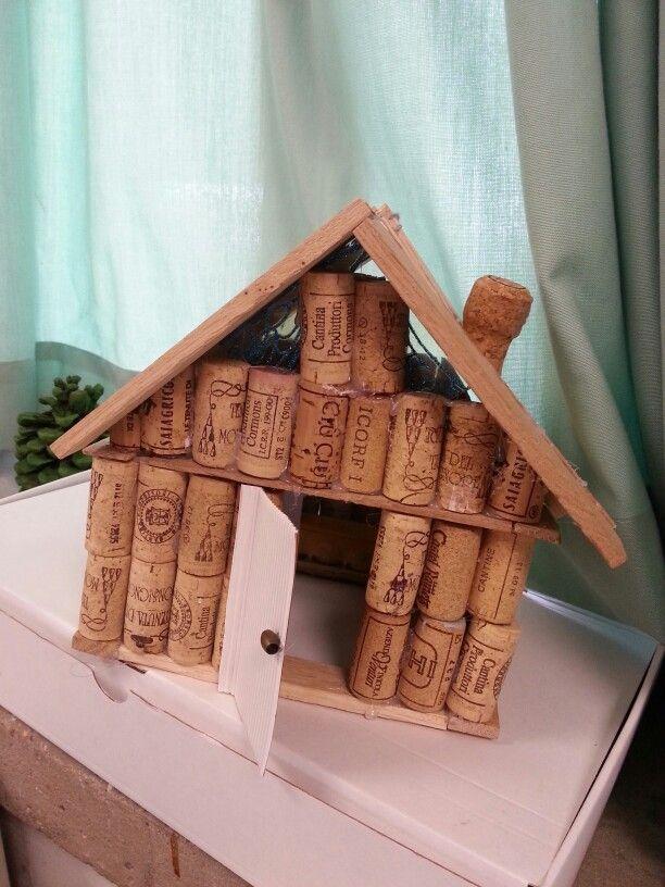 Una casetta fatta con tappi del  vino