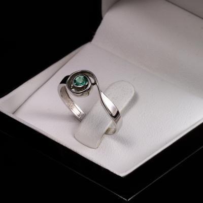 Smaragd Eljegyzési gyűrű 0.11 ct-al | Credit Diamond | Karikagyűrűk, gyémánt gyűrűk, arany ékszerek, ezüst ékszerek, ékszerek gyermekeknek