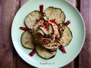 Spaghetti con melanzane e pesto di pomodori secchi