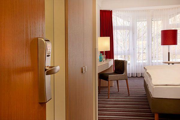 Blick in eines der Hotelzimmer / View into one of the hotel rooms | H+ Hotel Stade Herzog Widukind