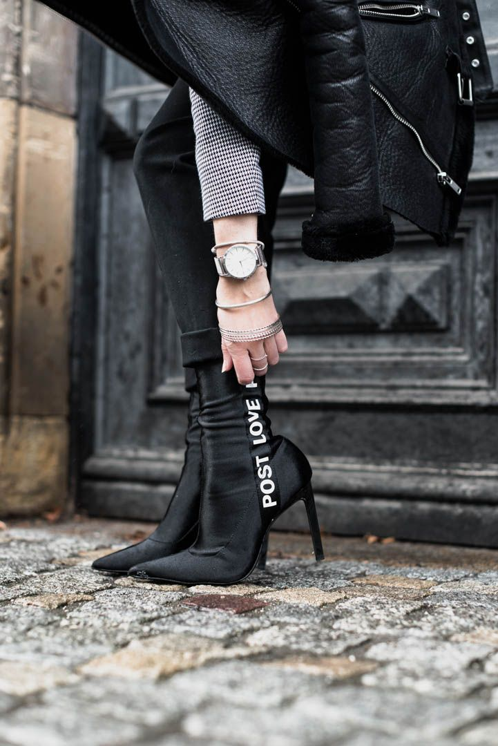 Sock Boots mit Textdetails und warum die Gürteltasche schon jetzt die Trendtasche 2018 ist | Outfit mit Belt Bag Gürteltasche, Beanie und Fake Shearling Jacke, Sock Boots | https://juliesdresscode.de | Julies Dresscode Fashion Blog