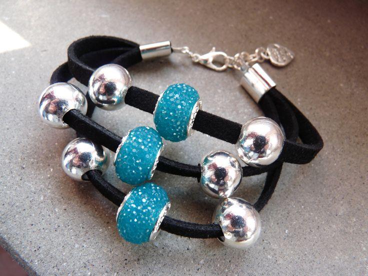 #Braccialetto a #tre #fili con #perle #argentate e #azzurre