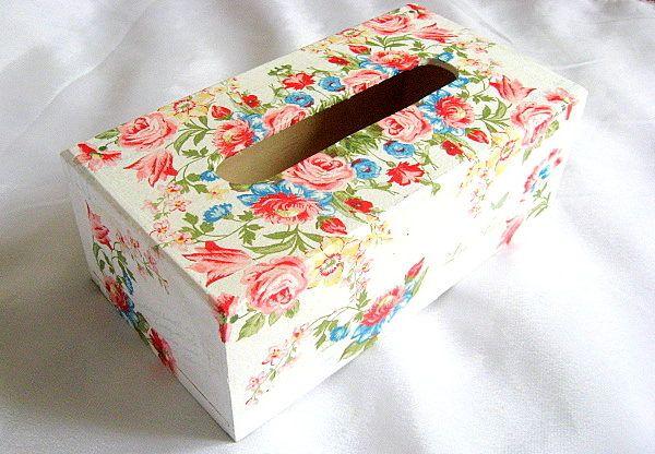 Trandafiri, lalele, maci, albastrele, narcise, cutie servetele model flori - culori pline de viata ale florilor: rosu, albastru si verde