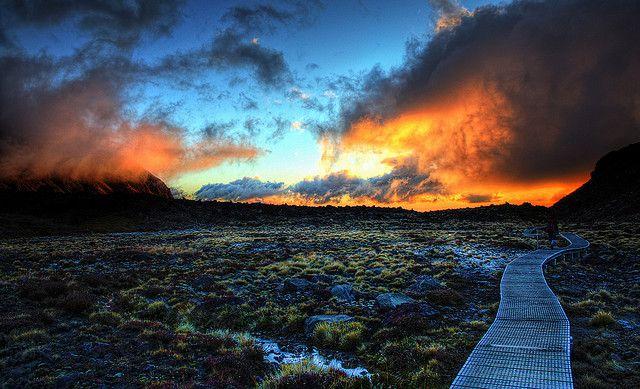 海外旅行世界遺産 ナウルホエ山 ニュージーランドの絶景写真画像ランキング  ニュージーランド トンガリロ一帯の山々は、活火山が多くてタウポ火山帯と呼ばれています。25,000年前に誕生したと見られています。タウポ火山帯の中で一番遅く山が形成されたと考えられています。ナウルホエ山は1975年から20世紀後半頃まで45回噴火しているそうです。1977年以来は噴火はしておらず安定した状態を見ることが出来ます。