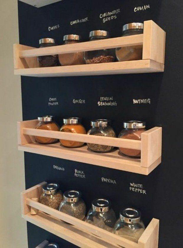 tableau noir au mur et étagères à épices