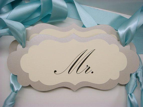 Mr. und Mrs Hochzeitsstuhl melden Sie inmitten eines eleganten Vintage Label-Design für die Braut und Bräutigam Stühle mit schönen Doppel doppelseitigen Satinband für Ihre Hochzeitsdekoration Empfang vorbereitet. Die perfekte Lösung um den Vorsitzenden der Ehre für das glückliche Paar zu bedeuten. Wählen Sie Ihre Farben aus meiner Farbkarte innerhalb der Fotos.  Maße: 4,50 Zoll hoch x 9,5 Zoll lang  Die ersten beiden Fotos zeigen Sie Anzeichen zubereitet schimmernde Antik Gold als Rückhalt…