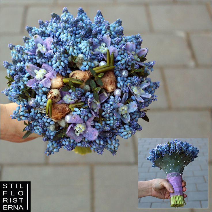 Vårens klarblåa brudbukett med pärlhyacinter och delphinium, i liten rund kompakt form i design á la Stilfloristerna.