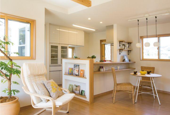 カウンターとマガジンラックのある対面キッチンとダイニング。 キッチン インテリア カウンター ダイニング おしゃれ 壁面収納 作業台 ウッド リビング