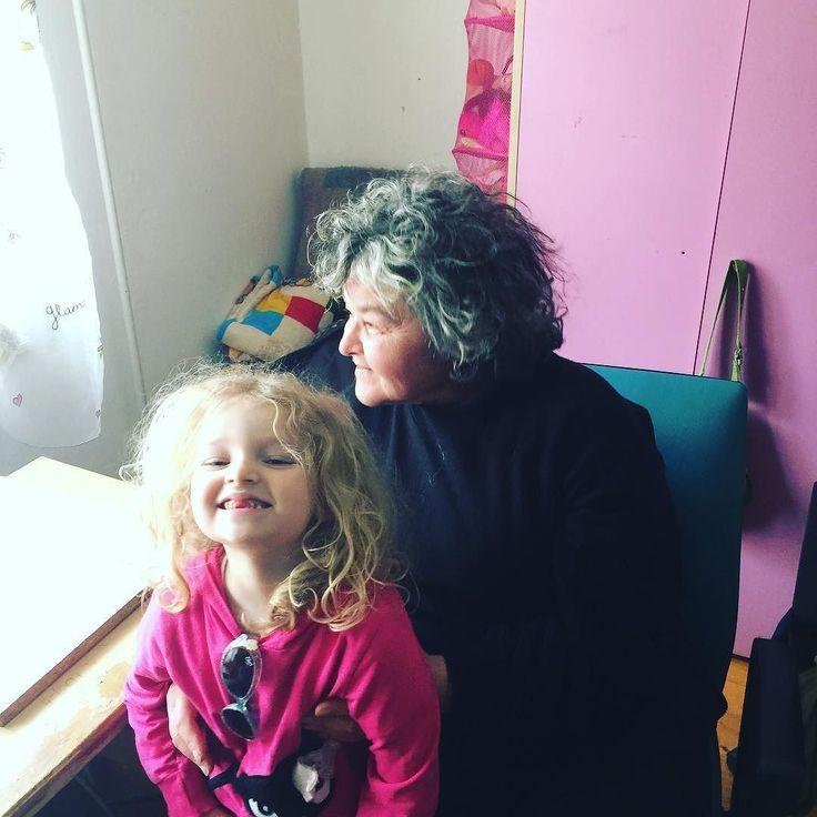 Julcsika nagymamájával - ami közös bennük: széles arccsont kócos göndör haj kevés fog.
