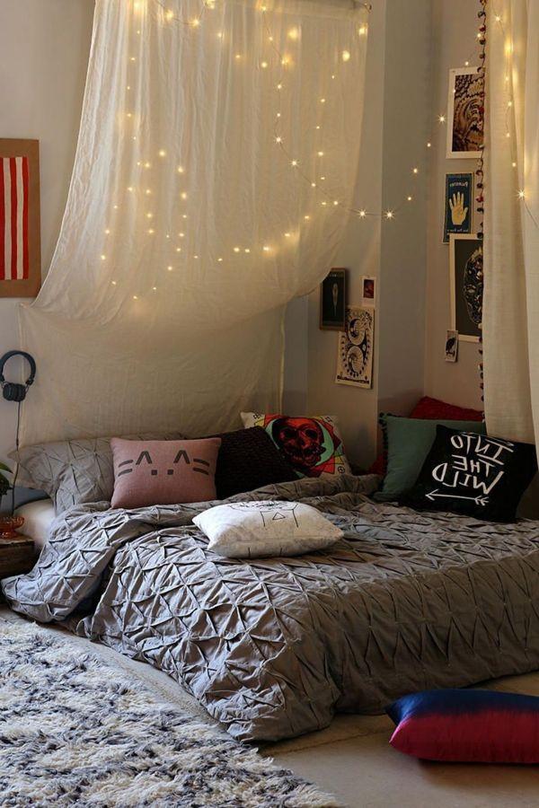 chambre moderne avec ciel de lit et petites lampes