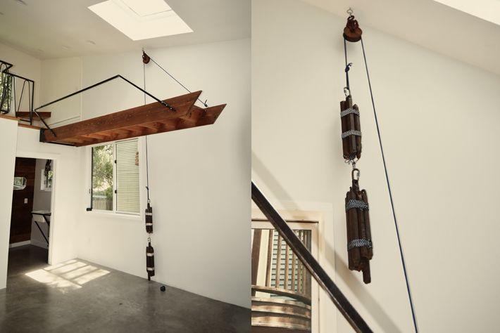 Ingénieux système de poulie et contre-poids pour cette escalier escamotable.