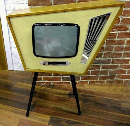 A foto of a midcentury Atomic Age TV set