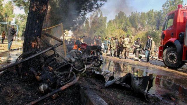 """Taliban serang pos polisi Afganistan  Ilustrasi konflik di Helmand Afghanistan (Getty image)  Pejuang Taliban di provinsi Helmand Afghanistan menyerang sebuah pos pemeriksaan dengan senjata senyap dan granat tangan Selasa (28/2). Insiden ini menewaskan 12 polisi serta direbutnya persediaan senjata dan amunisi ujar pejabat setempat. Pejabat provinsi menduga serangan ini melibatkan orang dalam karena salah satu penjaga menghilang. """"Sebuah investigasi sedang berlangsung untuk mengetahui adanya…"""