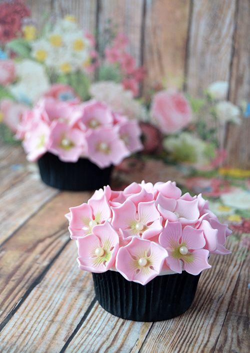 Hydrangea cupcakes- Los cupcakes con camafeo y lazo están hechos con un molde de silicona con camafeos florales y pintados con tres colorantes
