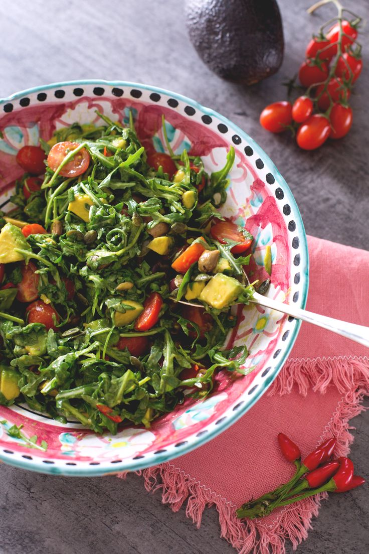 Scopri tutta la bontà dell' #avocado in questa fresca e gustosa #insalata, perfetta per rimettersi in forma! (avocado #salad ) #Giallozafferano #recipe #ricetta #summer #spring #lunch #diet #light