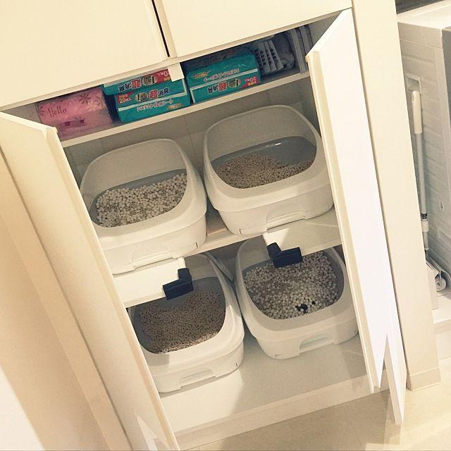 4LDKの臭い対策/エコカラット/ねこのいる日常/ねこのいる風景/猫トイレ/隠す収納…などについてのインテリア実例を紹介。「多頭飼いなので、トイレは2階建で4基! 臭い対策としてはエコカラットを背面に貼り、電池式のオゾン発生器を設置。トイレはデオトイレでAmazon限定色のピュアホワイトに。」(この写真は 2017-03-25 18:22:32 に共有されました)