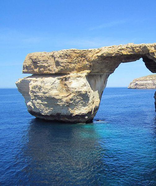Poste al limite estremo tra mondo latino e mondo arabo, attorniate da un'immensa distesa di blu, le isole di Malta sono da sempre terra di navigatori. Non c'è, quindi, modo migliore per visitarle che a bordo di una barca a vela, durante una stagione estiva che si dilata regalando bagni e sole da aprile a ottobre. Malta, Gozo e Comino sono le nuove destinazioni del turismo in barca a vela! http://www.jonas.it/vacanze_Malta_781.html