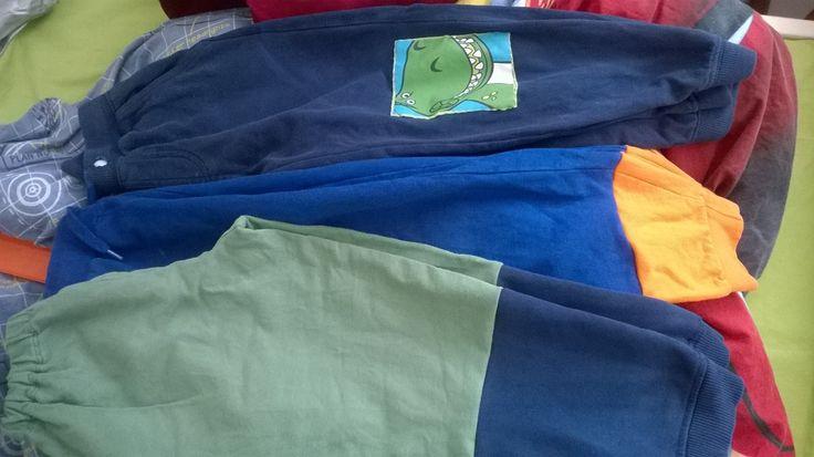 Laiheliinin housujen pidennystä ja polvien paikkailua. Vanhat college paidat ja housut tulee käytettyä loppuun kun niistä käyttää hihat lahkeet yms. paikkailuun ja pidentämiseen =) Lopputulos raikas! =)