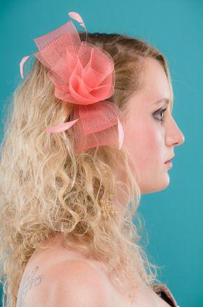 Pince en crin de coloris corail est ornée de rubans de crin tournés et finie en forme de rose dans le centre. Quatre plumes fouets de coq viennent finir la décoration. Idéale  - 9726697