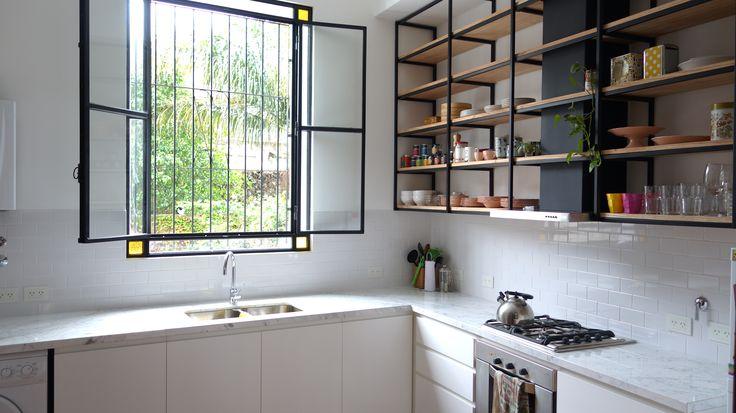 Cocina con piso de madera, mesada de carrara, muebles laqueados y ...
