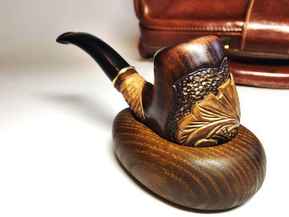 Rookpijp Sherlock Holmes gemaakt van natuurlijk hout - peer, ring - brass door Oekraïense meesters. Pijp stand gemaakt van echte ash hout. Tabak pijp instellen met de standaard zijn exclusief cadeau voor hem. Hout roken kom ziet er perfect als decoratief element. Deze tabak schaal is van zeer hoge kwaliteit (het filter 0.4 inch (9 mm) https://www.etsy.com/listing/197602606/tobacco-pipe-filter-9-mm-metal-cool?ref=shop_home_active_15  Rookvrije kom maatregelen 6.1 inch (155mm) lange mondstuk…