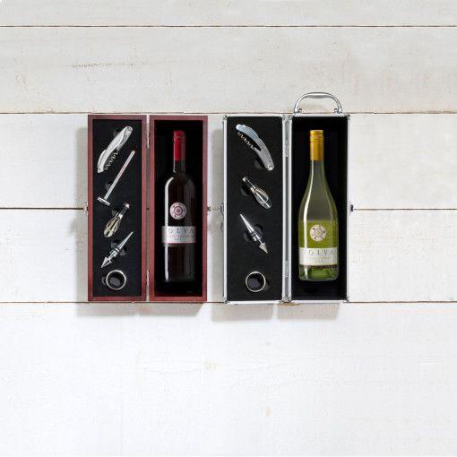 De wijngeschenkkist Bordeaux is een luxe en elegant geschenk. De wijnkist is een volledige set bestaande uit een sommeliersmes, een wijnthermometer, een wijnschenk-tuitje met stopper, een flessenstop, een wijndruppelvanger en uiteraard een heerlijke fles wijn (750 ml, 12,5%). U kunt kiezen uit een fruitige merlot met een ondertoon van kersen en braambessen of een frisse sauvignon blanc met een volle en sterke smaak.