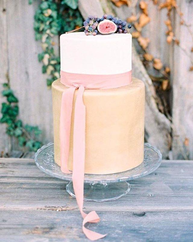 Gastronomia | Para o casal minimalista ou para compor uma mesa com vários bolos, a simplicidade deste se traduz em uma elegância pouco vista. Branco e nude, com poucas frutas no topo e uma fita em rosa empoeirado deixa a impressão de que estamos olhando uma pintura renascentista ou uma natureza morta, não? #icasei #decoraçãodecasamento #weddingdecoration #casamento #wedding#bolodecasamento #weddingcake #weddingsweets