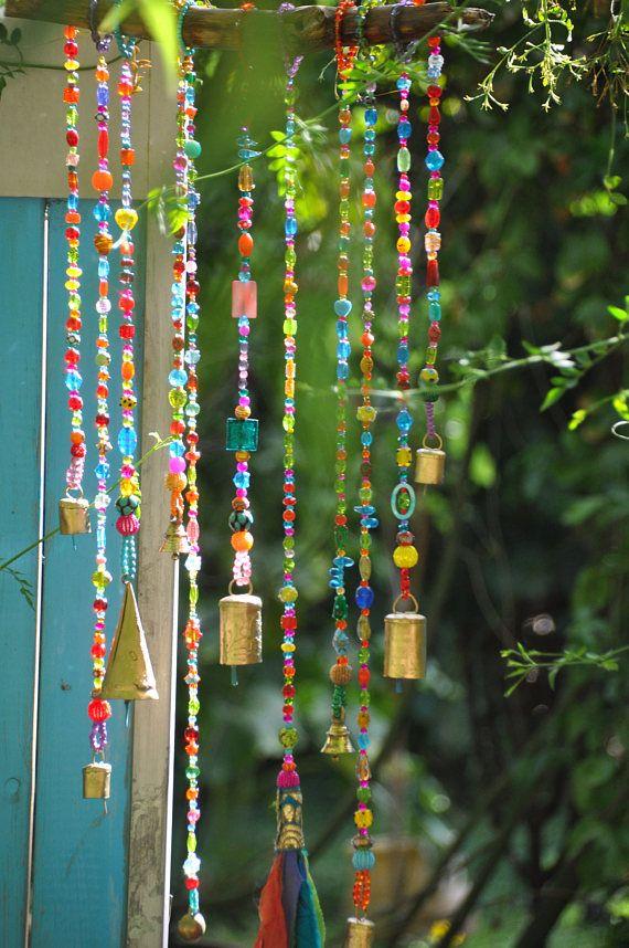 Turquoise, Fuchsia, appel groene & Oranje unieke wind klokkenspel-bells mobiele - kralen mobiele-bell kralen decor-windchimes-unieke wind klokkenspel-outdoor tuin decoraties-suncatcher glas-kraal suncatchers-zon catcher-zon klokkenspel Ik houd van het geluid van de klokken en kijken naar sprankelende kristal kralen Ik hou van kwasten en laten uit gerecyclede kleding en sjaals Een dag ik per ongeluk hing een kwast op dezelfde spijker van mobiele klokken en zag dat het was geweldig om te co...