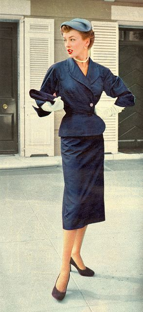 An elegant navy blue look for daytime, 1952. #vintage #suits #1950s