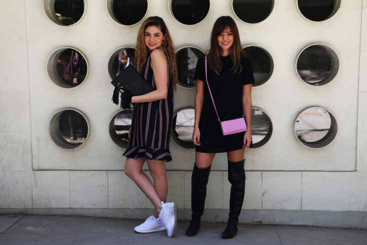 Beauty brunch blog usando bolsas tipo clutch rosa y negra con look casual de vestido
