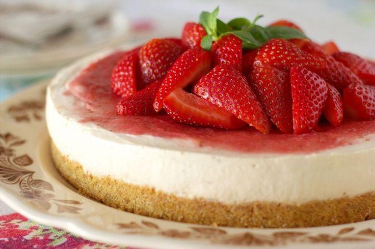 """Φτιάξτε ένα πανόστιμο Cheesecake με γιαούρτι για απόλαυση χωρίς ενοχές! Αυτό το cheesecake απευθύνεται σε όλους όσους προσέχουν τη διατροφή τους αλλά και σε όσους δεν έχουν """"συστηθεί"""" ποτέ με την κουζίνα! Εύκολο, γρήγορο καθώς δεν χρειάζεται ψήσιμο, με λίγες θερμίδες…. Απλά φανταστικό! Υλικά για την παρασκευή: Χυμός ανανά χωρίς ζάχαρη Φρέσκες φράουλες ή βατόμουρα …"""