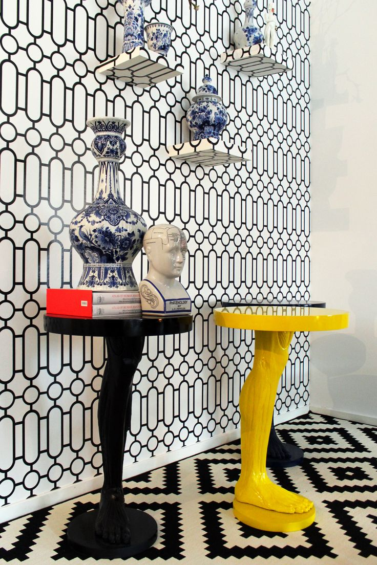 one leg table in black or yellow. maddnesonlineshop.nl