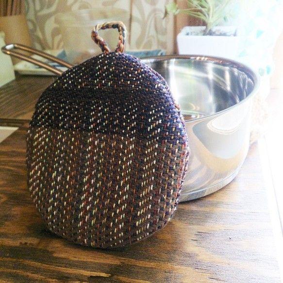 綿糸で織った鍋つかみです。キルト芯入りです。ちょっとやかんの取っ手が熱い時、ミルクパンが熱い時、サッと使える小さい鍋つかみがほしいなぁ、と自分用に作りました。... ハンドメイド、手作り、手仕事品の通販・販売・購入ならCreema。